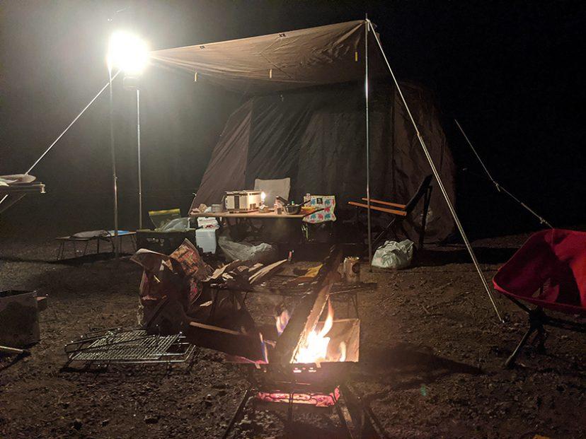 コールマン 2500ノーススターガスランタンのキャンプでの使用様子